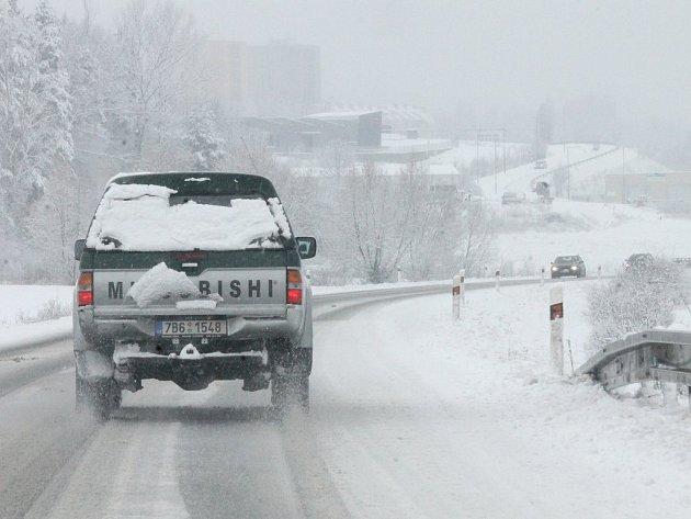 Auta v příkopech, kamiony uvízlé v kopcích, několik dopravních nehod. A také zpoždění autobusů. Tak to vypadalo v sobotu ráno na Blanensku.
