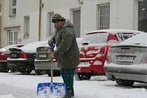 V noci ze středy na čtvrtek zasypal Blanensko opět sníh. Silničáři a železničáři měli plné ruce práce. Sníh totiž komplikoval provoz jak na silnicích tak železnicích.