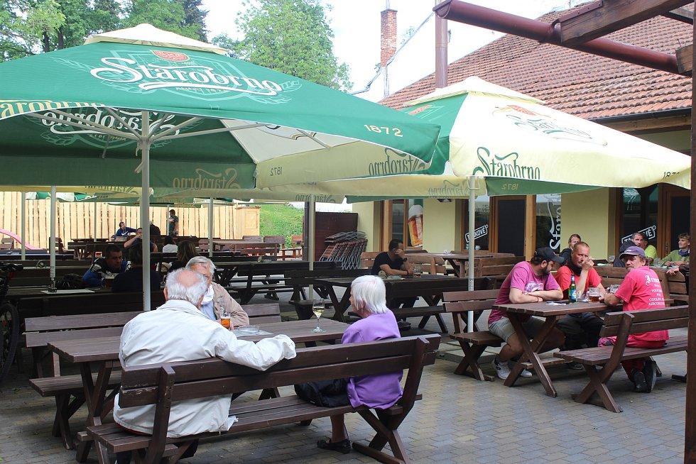 Některé zahrádky v Blansku byly v pondělí odpoledne vcelku slušně obsazené hosty, kteří přišli na pivo, jiné zely prázdnotou.