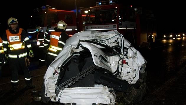 Po nárazu do stromu před Mladkovem zůstali v autě zaklínění mladí lidé ve věku od osmnácti do dvaceti let.