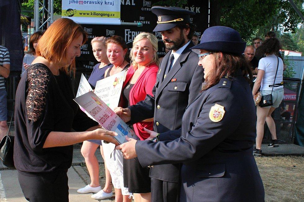 Voděradští hasiči přebírají šek.
