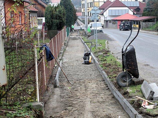 Oprava chodníků v Olomučanech.