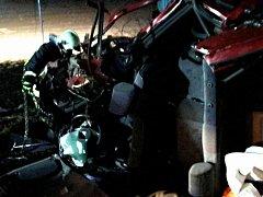 K dopravní nehodě jednoho osobního auta vyjížděli v sobotu krátce po druhé hodině po půlnoci kunštátští a olešničtí hasiči.