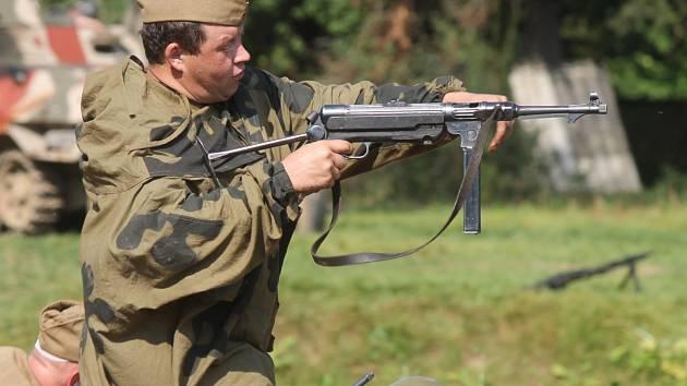 Asi stovka členů klubů vojenské historie ve Skalici nad Svitavou předvedla bojovou ukázku zasazenou do období konce druhé světové války.