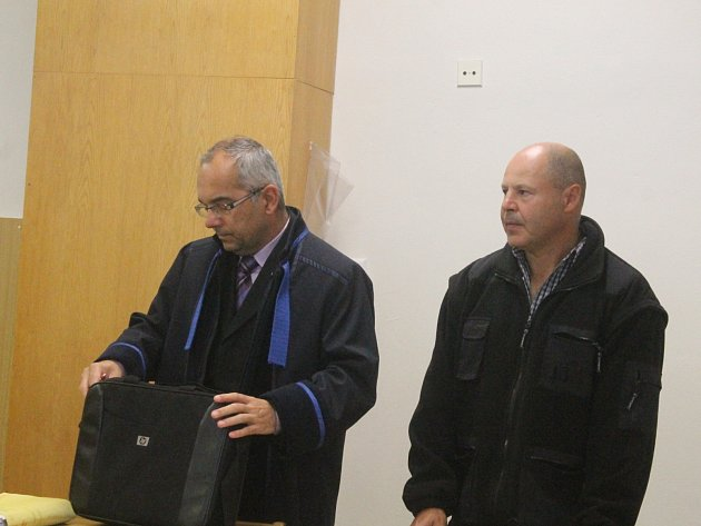 Obžalovaný Martin Charamza(vpravo) a jeho obhájce Petr Skalka u Okresního soudu v Blansku.