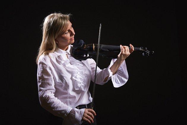 Houslistka a zpěvačka Ilona Stryová chce po osmi letech vzahraničí vystupovat hlavně před českým publikem.