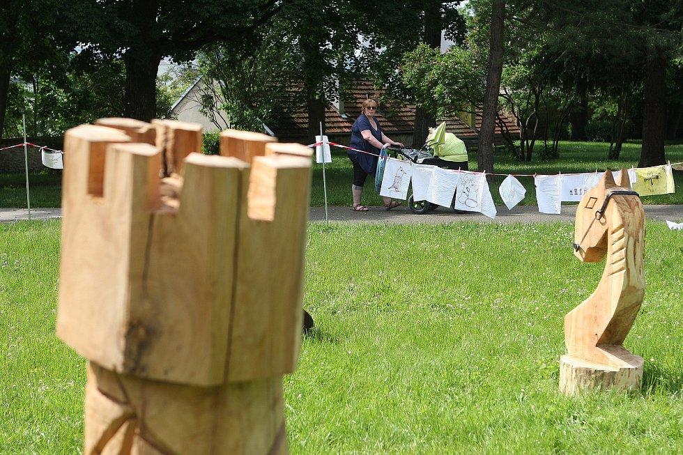 Do sochařské dílny k výstavě Muzea Blanenska Šachové příběhy se v blanenském zámeckém parku zapojili v sobotu také rodiče s dětmi. Akce v režii uměleckého centra Art-tep pokračuje i v neděli.