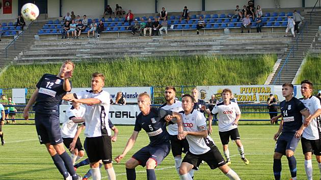 Fotbalové Blansko (modré dresy).