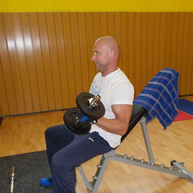 Michal Vorlický už vybudoval tělocvičnu sposilovnou.
