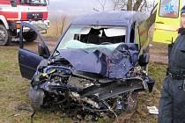 Vozidlo narazilo do stromu, prudký náraz auto odmrštil na opačnou stranu, kde  skončilo několik metrů v poli. Sedmadvacetiletý řidič havárii nepřežil.