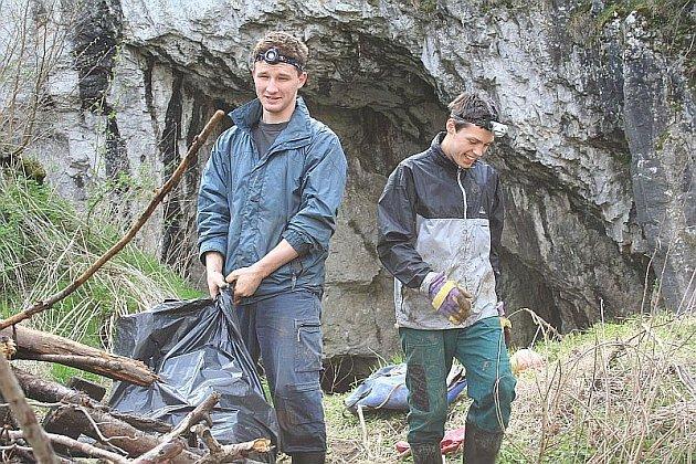 V sobotu zažije Moravský kras opět po roce generální úklid. Stovky dobrovolníků obcházejí turistické cesty, okolí jeskyní a silnice, aby posbírali vše, co do chráněné krajinné oblasti nepatří.