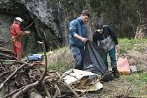 V sobotu zažil Moravský kras opět po roce generální úklid. Stovky dobrovolníků obcházejí turistické cesty, okolí jeskyní a silnice, aby posbírali vše, co do chráněné krajinné oblasti nepatří.