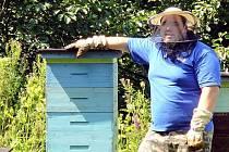 Ten, kdo nikdy nestál u procesu jeho vzniku, si jen těžko dovede představit, jak dlouhá a složitá je cesta k výrobě sladké dobroty. Pětadvacetiletého včelaře Miloše Bílého z Černé Hory tento proces okouzluje od dětství.