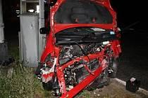 Zdemolované auto a těžce zraněný mladík, který navíc neměl řidičák. Tak skončila v sobotu po půlnoci jízda devatenáctiletého muže za volantem osobního auta Toyota Yaris.