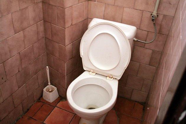 Na autobusovém nádraží mají záchodky otevřeno nepřetržitě. Jsou zdarma, vstup bez klíčů. Záchod pro vozíčkáře je vzdálen 150 metrů na čerpací stanici ÖMV.  Vykachličkované prostory sice zapáchají a nejsou příliš udržované, k vykonání potřeby však stačí.