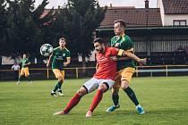 Fotbalisté Moravské Slavie (v červených dresech) si odvezli z Ráječka vítězství 1:0.