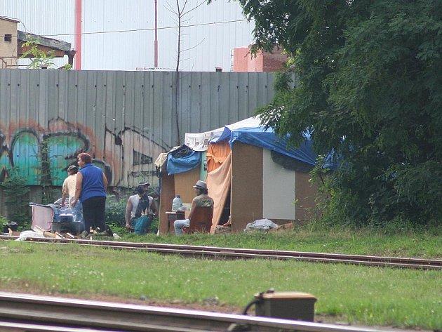 Blízko kolejí mezi zastávkami v Blansku se zabydlují bezdomovci.