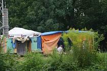 Blízko kolejí mezi zastávkami v Blansku se zabydluje stále víc bezdomovců.