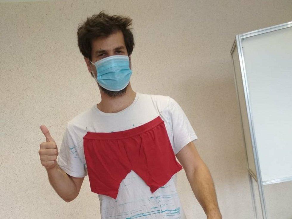 Do volební místnosti v Blansku v sobotu kolem oběda přišel Daniel Dvořák v bílém triku, na kterém byly našité červené trenýrky.