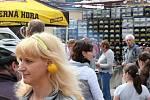 Zahájení turistické sezony v Moraském krasu na nádvoří černohorského pivovaru ustavením rekordu v počtu lidí na jednom místě, kteří mají za ušima.