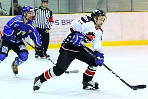 Po čtvrtém utkání semifinále krajské hokejové ligy Minerva Boskovice (bílé dresy) - HHK Velké Meziříčí se radoval domácí tým, který vyhrál v prodloužení. Pátý zápas doma jasně ovládlo Meziříčí a celou sérii vyhrálo 3:2 na zápasy.
