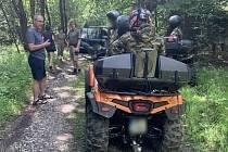 Motorky a čtyřkolky v lesích nebo na loukách. S takovými případy nelegálních vjezdů se ochránci přírody setkávají zejména v jižní části Moravského krasu stále častěji.