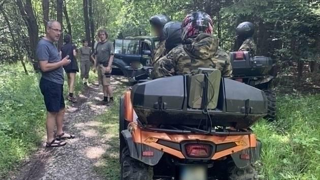 Lesy v Moravském krasu se hemží motorkáři. Ochránci přírody žádají o pomoc
