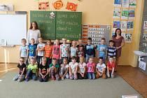 Žáci 1.A ZŠ Sloup s učitelkou Ivou Paděrovou a asistentkou Anetou Němcovou