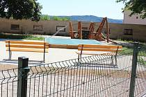Nová dlažba, herní prvky, lavičky. Jenže vše jen za plotem. Blanenští nechali opravit staré dětské hřiště v lokalitě Podlesí. Místní na špatný stav hřiště upozorňovali léta. Teď jsou však naštvaní, že práce se vlečou a hřiště je stále zavřené.