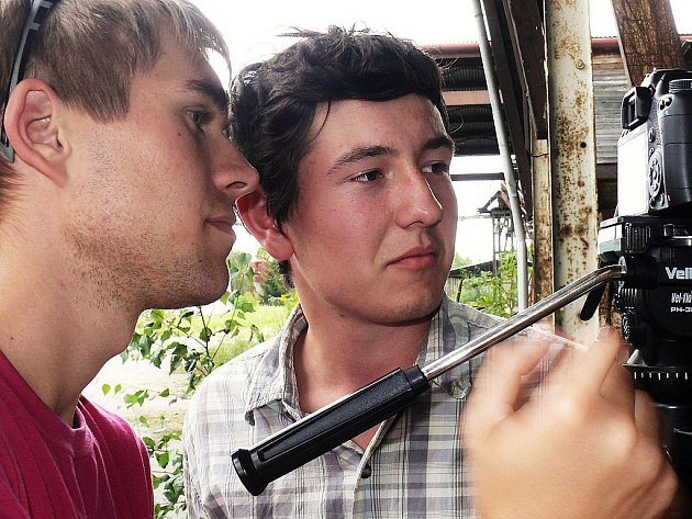 Kameraman Jan Perout (vlevo) a režisér Milan Hrytsyuk (vpravo) při natáčení klipu Dal jsem Ti všechno.