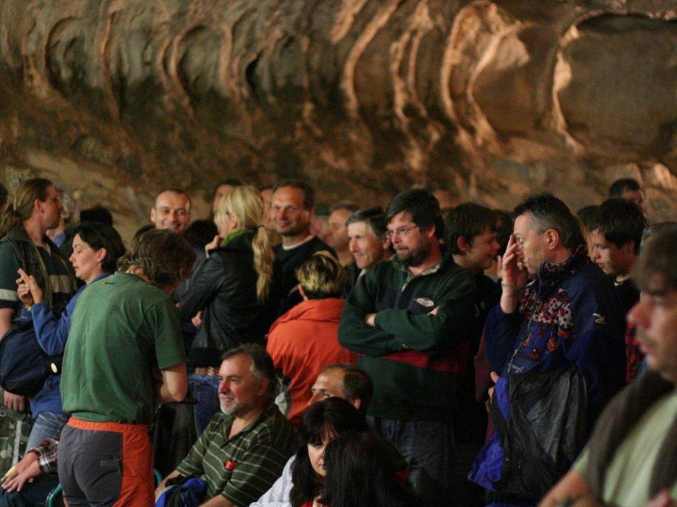 Přes dvě stovky lidí si ve čtvrtek vychutnaly koncert Roberta Křesťana a jeho skupiny Druhá tráva.