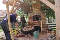 V Senetářově staví maďarští a slovenští odborníci venkovní pec na chleba. Do provozu ji uvedou ve čtvrtek.