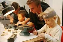 Kování, umělecké odlévání, smaltování nebo kovorytectví. To vše viděli ve čtvrtek večer návštěvníci Muzea Blansko, kteří zamířili na vernisáž výstavy Kovové umění.