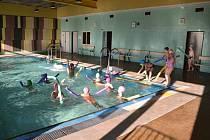 Sloupské děti plavou i v zimě. V opraveném školním bazénu.