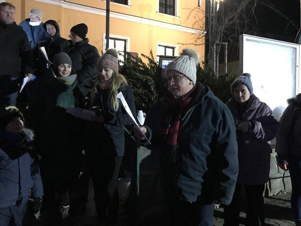 Vánoční koledy si zazpívali také lidé v Černé Hoře. Tahounem byli členové chrámového sboru z tamní kostela. Celkem se akce zúčastnilo přibližně sedmdesát lidí. Místní organizátoři připravili pro příchozí čaj a perníčky.