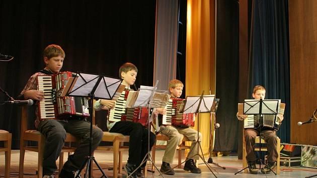 Po dvanácté se setkali harmonikáři na pomezí Čech a Moravy. Do Olešnice se jich letos sjelo až k padesáti. Každý z nich odehrál na pódiu dvě písničky.