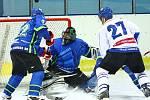V prvním letošním kole krajské ligy prohráli hokejisté Dynamiters Blansko (v modrých dresech) s HHK Velké Meziříčí 1:6.