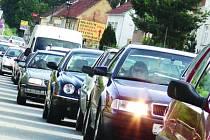 Kolona automobilů v Lažanech na Blanensku.