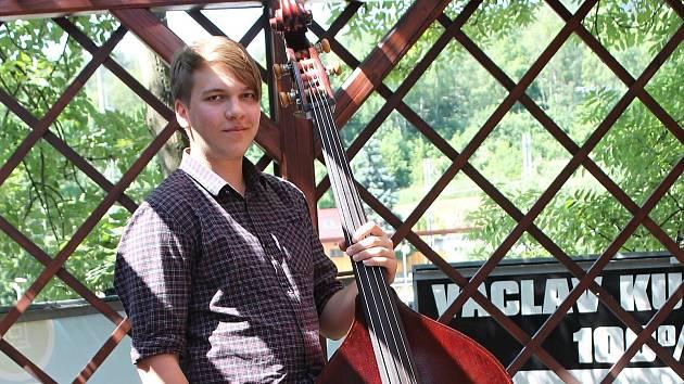 Na basu hraje dva roky a míří na konzervatoř.