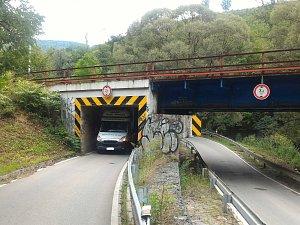 Auto uvízlo pod mostem