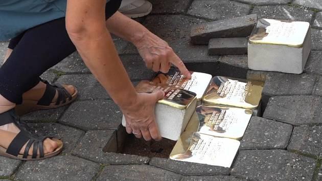 V boskovické židovské čtvrti přibylo v ulici Plačkova šestnáct kamenů zmizelých. Dlažební kostky s mosaznou destičkou se na znamení piety vsazují do chodníků před domy obětí holocaustu a nacistického režimu.