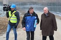 Vodárenská nádrž Boskovice má čelit povodním. Uvažuje se také znovu o odběru pro domácnosti. Na snímku uprostřed je generální ředitel Povodí Moravy Václav Gargulák a vpravo vedle něj ministr zemědělství Miroslav Toman.