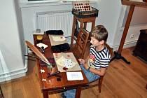 Součástí stálé expozice Muzea Boskovicka je písařská dílna, kde si děti mohou vyzkoušet práci písaře.