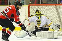 V krajské hokejové lize porazila Minerva Boskovice (v červeném) HK Kroměříž 2:1 po druhém prodloužení.