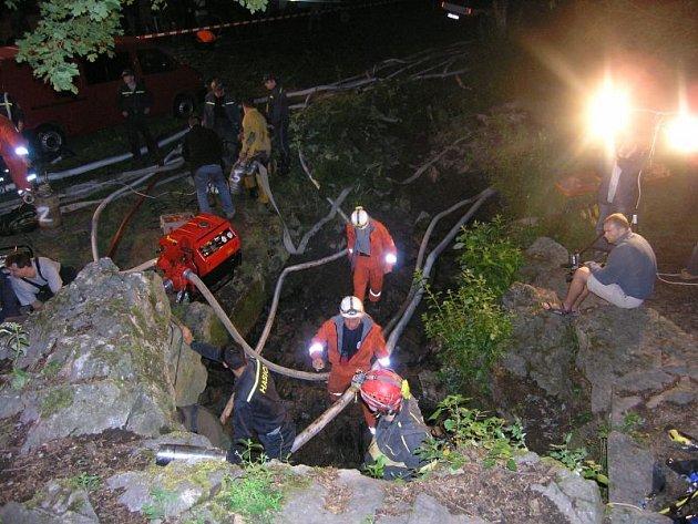 Záchrana potápěče z jeskynního systému Býčí skály.