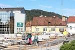 Dělníci musí do konce září dokončit stavbu klidové zóny na místě po zbouraném hotelu Dukla v Blansku.