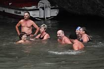 O víkendu zahájili otužilci v Punkvě zimní plaveckou sezónu.
