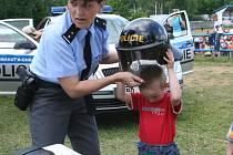 Sportovní areál ASK Blansko patřil celý den policii, hasičům a dětem. Stovkám dětem ze škol z celého okresu předvedli policisté, strážníci, hasiči, celníci a záchranáři ukázky svého vybavení i práce.