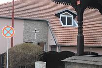 Vedle dřevěného kostelíka v Blansku vzniká nová fara. Část stavebních prací dělali načerno.