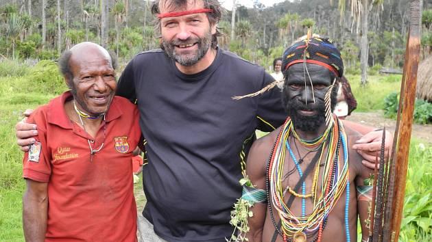 Milan Daněk s domorodci na Nové Guinei.